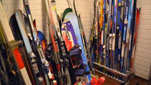 Skidor och snowboards staplade upp längs med väggarna.