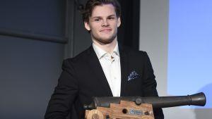 Malte Strömwall med Aarne Honkavaara-priset som tilldelas skytteligans vinnare.