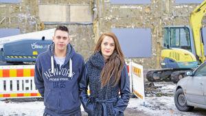 En man och en kvinna fraaför en byggnad med nedriven fasad.