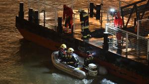Räddningsarbetare i Budapest efter en olycka.