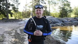 Dykarklubben Pirayas ordförande Peter Söderlund vid Gumnäs strand i Pojo.