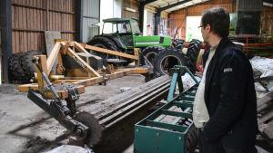 Maskinhall med traktorer och olika maskiner