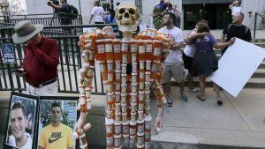 Ett skellet tillverkat av läkemedelsburkar står utanför en domstolsbyggnad i Boston.