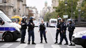 Polisen spärrade av en väg i Paris efter att tre människor skadats i en knivattack i centrala Paris.