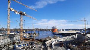 Slussbron väntar nu på pontoner i kajen vid Slussens byggarbete.