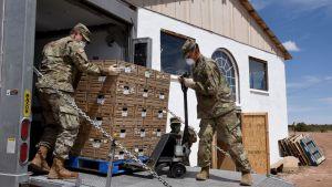 Arizonan kansalliskaarti toimitti ruokaa ja tarvikkeita navajo-reservaattiin Black Mesaan huhtikuun puolivälissä