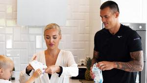 Nico Rönnberg med frun Sara och sonen Dominic hemma i köket.