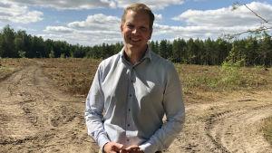 en man kring trettio år i en ljudblå kragskjorta.