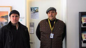 Två män i hatt står bredvid varandra.
