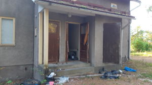En dörr har brutits upp på Askersgårdens baksida.