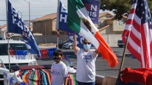 Glada latinos gör valkampanj för Joe Biden.