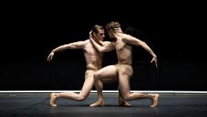 """Två manliga balettdansare som ser nakna ut på scen i Nationalbalettens föreställning av """"Jekyll & Hyde""""."""