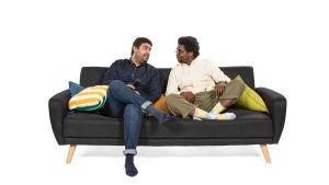 Siva ja Michael istuvat sohvalla.