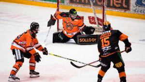 Samuli Ratinen har skjutit ett skott mot Eetu Laurikainen.