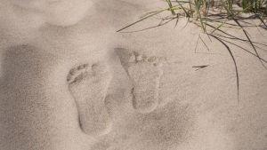 Jalanjäljet hiekassa.