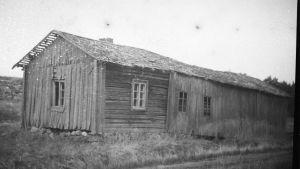 Ladugården och torpet vid Granvik Mellangård. Fotograferat cirka 1960, framkallad 2015.
