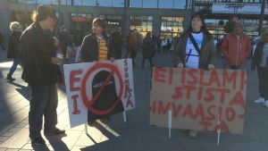 Demonstration för och emot invandring i Helsinfors den 3 oktober 2015.