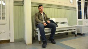Yusuf Aldali väntar på tåget i Karis.