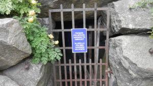 Skylten visar att kameraövervakning sker i Skolträdgården i Jakobstad