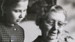 Brorsdottern Ulrica Sandqvist (född Granqvist) ser med Hilma Granqvist på hennes stipendium. Foto taget av ett originalfotografi ur Ulrica Sandqvists samling.