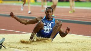 Christian Taylor landar i sandgropen