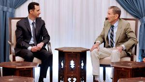 Assad med Ramsey Clark i Damaskus