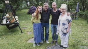 Risto och Maritta Pellava i sin trädgård tillsammans med Egenland-programledarna Hannamari Hoikkala och Nicke Aldén.