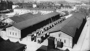 Vy över Narinkens låga träbyggnader på 1920-talet.