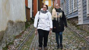 Janita Nuutilainen och Noora Vanhala promenerar i gamla stan i Borgå