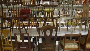 stolar i lagerutrymme