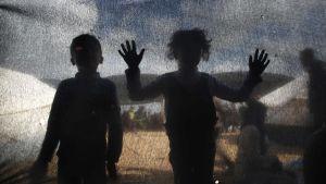 Palestinska barn i tältby öster om Jabalia i Gaza vid gräsnen mot Israel 30.3.2018.