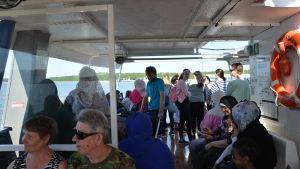 Fullsatt sjöbuss på väg till Runsala.