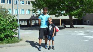 Pappa Niklas Nyman med sin son Ron Nyman på Seminariskolans gård i Ekenäs.