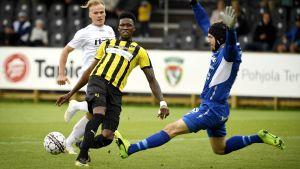 Macoumba Kandji i farten mot FC Lahti.