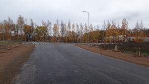 Vy längs Ålövägen mot Skärgårdsvägen. I bakgrunden syns skolcentret, Centralidrottsplan och Pargas ishall.