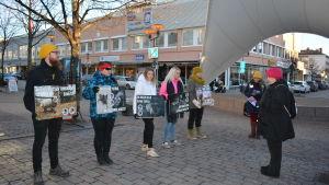 Niina Kuorikoski (i röd mössa)demonstrerar mot pälsdjurshållning i Karleby