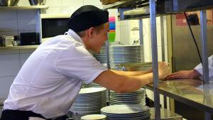 Kocken tar emot en beställning i Prakticums övningskök