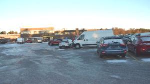 Bilar utanför en av SE Mäkinens hallar i Hangö.