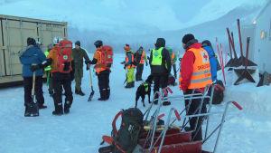 En del av räddningsmanskapet i väntan på att flygas upp på Blåbærfjellet.