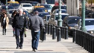 Fotgängare går förbi säkerhetsstolpar i New York