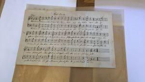 """Bild på den första versionen av """"Vårt land"""" skriven och tonsatt av Johan Ludvig Runeberg."""