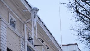Stora istappar hänger ner från ett tak.