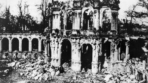 Palatset Zwinger i Dresden i ruiner efter engelsk-amerikanskt bombardemang av staden 1945 i slutet av andra världskriget. Palatset har återuppbyggts.