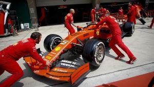 En Ferrari rullas in i garaget