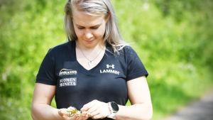 Petra Olli med blommor i handen.