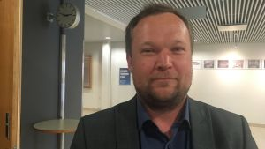 Conny Granqvist står i en korridor.