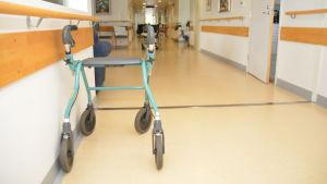 En rollator i korridoren på en bäddavdelning.