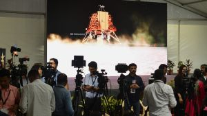 Journalister som bekavar månlandningen av Chandrayaan-2.