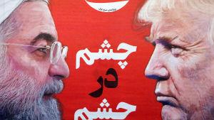 """Framsidan på en iransk tidning där Irans president Hassan Rouhani och USA:s president Donald Trump stirrar stint på varandra. Texten på persiska lyder """"öga mot öga""""."""