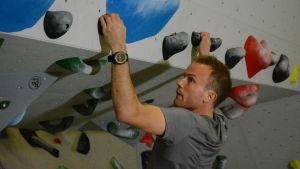 Victor Lövdal klättrar